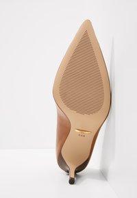 Lauren Ralph Lauren - SUPER SOFT LANETTE - Tacones - deep saddle tan - 6