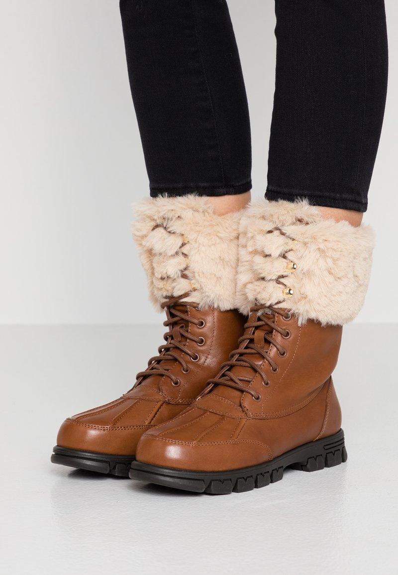 Lauren Ralph Lauren - DABNEY - Šněrovací kotníkové boty - deep saddle tan