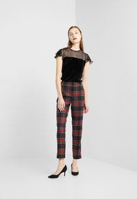 Lauren Ralph Lauren - NOVEL SUITING PANT - Spodnie materiałowe - black/red - 1