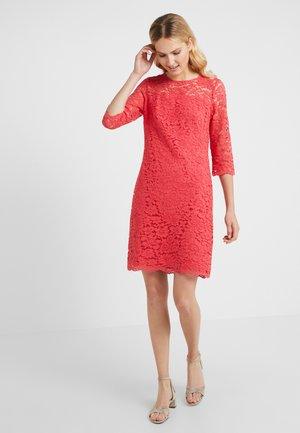 PIAZZA PAYMER - Pouzdrové šaty - bright peony