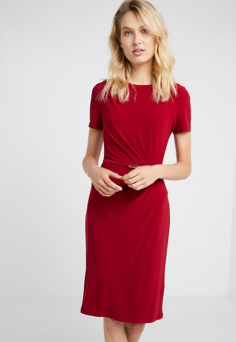Lauren Ralph Lauren - MATTE DAIVYN BELT - Etui-jurk - vibrant garnet