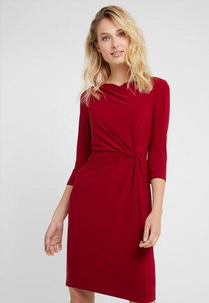 MATTE TRAVA - Jerseyklänning - vibrant garnet