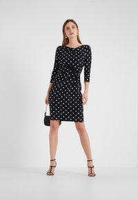 Lauren Ralph Lauren - DRIVER DOT TRAVA - Robe en jersey - black/colonial - 1