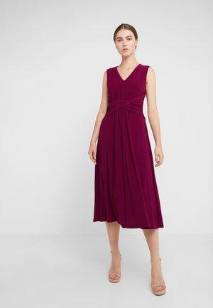 MATTE FOLAMI - Žerzejové šaty - exotic ruby
