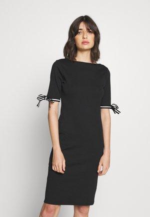 CLASSIC - Pletené šaty - black