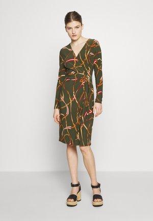 PRINTED MATTE DRESS TRIM - Sukienka z dżerseju - oliva/red