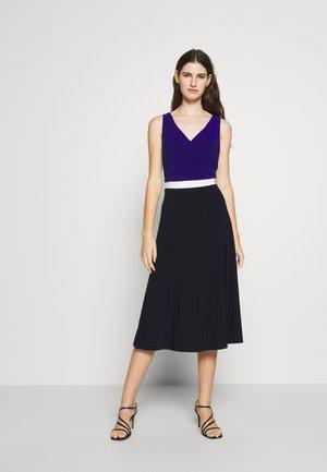 3 TONE DRESS - Jersey dress - navy/white