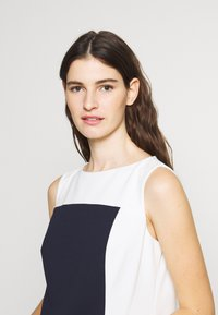 Lauren Ralph Lauren - LUXE TECH TONE DRESS - Cocktailjurk - navy/cream - 3