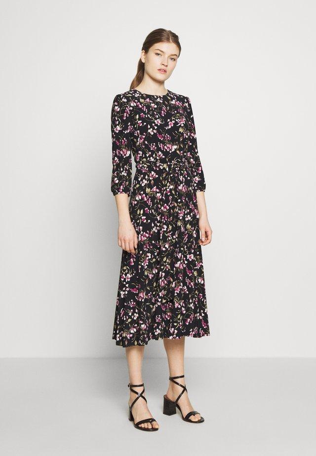 PRINTED MATTE DRESS - Hverdagskjoler - black/pink/multi