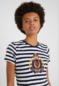Lauren Ralph Lauren - UPTOWN  - Print T-shirt - lauren navy/white - 3