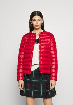 PEARL SHEEN COLLARLESS PACKABLE - Gewatteerde jas - red