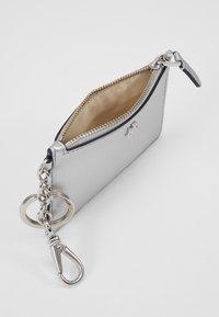 Lauren Ralph Lauren - SUPER SMOOTH ZIP - Lommebok - bright silver - 5