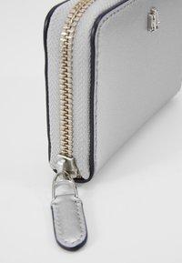 Lauren Ralph Lauren - SUPER SMOOTH ZIP  - Peněženka - bright silver - 2