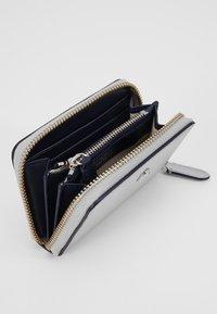 Lauren Ralph Lauren - SUPER SMOOTH ZIP  - Peněženka - bright silver - 5
