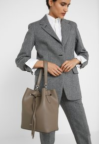Lauren Ralph Lauren - SUPER SMOOTH DEBBY - Sac à main - taupe / - 1