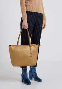 Lauren Ralph Lauren - VEGAN TOP ZIP TOTE - Borsa a mano - deep bronze/black