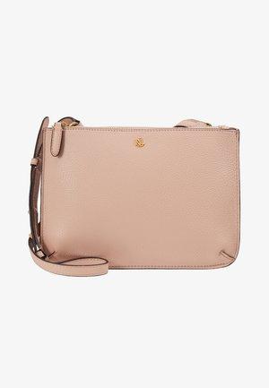 PEBBLE GRAIN CARTER - Taška spříčným popruhem - mellow pink