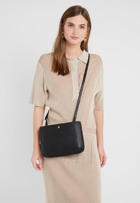 Lauren Ralph Lauren - PEBBLE GRAIN CARTER - Borsa a tracolla - black - 1