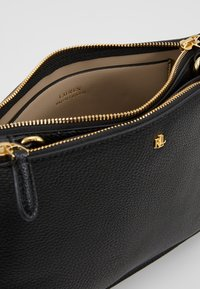 Lauren Ralph Lauren - PEBBLE GRAIN CARTER - Olkalaukku - black