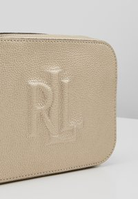 Lauren Ralph Lauren - CLASSIC PEBBLE HAYES - Taška spříčným popruhem - platino - 5