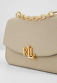 Lauren Ralph Lauren - CLASSIC  MADISON - Taška spříčným popruhem - light sand - 6