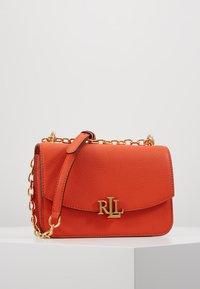Lauren Ralph Lauren - CLASSIC  MADISON - Taška spříčným popruhem - pumpkin - 0