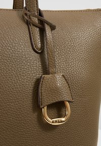 Lauren Ralph Lauren - PEBBLE GRAIN KEATON - Sac à main - sage - 6