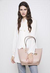 Lauren Ralph Lauren - PEBBLE GRAIN KEATON - Sac à main - mellow pink - 1