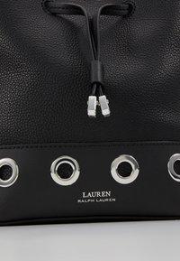 Lauren Ralph Lauren - PEBBE GROMMET DEBBY  - Taška spříčným popruhem - black - 6