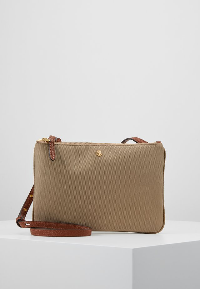 CARTER CROSSBODY MEDIUM - Axelremsväska - clay