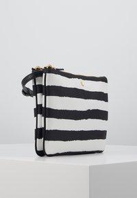 Lauren Ralph Lauren - CARTER CROSSBODY MEDIUM - Taška spříčným popruhem - black/white - 4