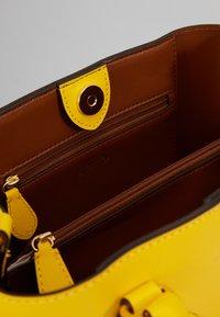 Lauren Ralph Lauren - SUPER SMOOTH MARCY - Taška spříčným popruhem - racing yellow - 3