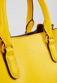 Lauren Ralph Lauren - SUPER SMOOTH MARCY - Sac bandoulière - racing yellow - 5