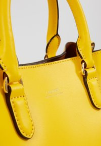 Lauren Ralph Lauren - SUPER SMOOTH MARCY - Taška spříčným popruhem - racing yellow - 5