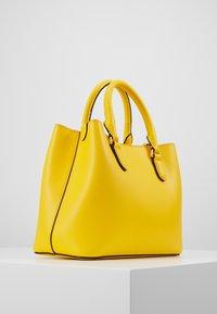 Lauren Ralph Lauren - SUPER SMOOTH MARCY - Taška spříčným popruhem - racing yellow - 2