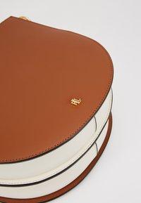Lauren Ralph Lauren - SUPER SMOOTH SAWYER - Handbag - tan/vanilla - 2