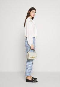 Lauren Ralph Lauren - CLASSIC PEBBLE MADISON - Across body bag - vanilla - 1