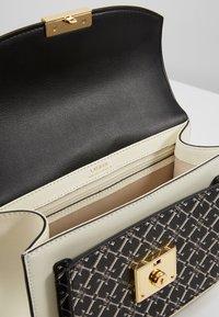 Lauren Ralph Lauren - SMOOTH SAFF LOGO-BECKETT - Bolso de mano - black/vanilla - 2