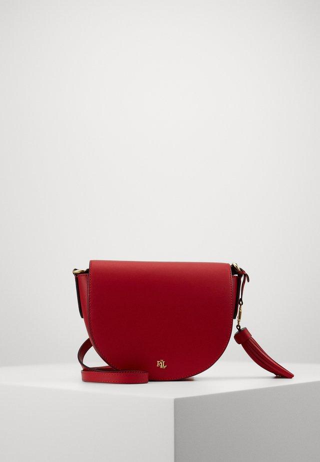 WITLEY CROSSBODY SMALL - Taška spříčným popruhem - red