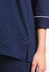 Lauren Ralph Lauren - HERITAGE 3/4 SLEEVE CLASSIC NOTCH COLLAR SET - Pyžamová sada - dot navy/white - 4