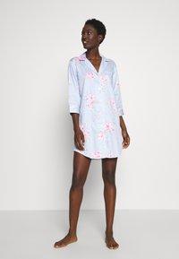 Lauren Ralph Lauren - POINTED NOTCH COLLAR SLEEPSHIRT - Noční košile - blue/light pink - 0