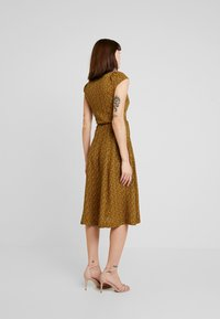 Louche - CATHLEEN PASSIONFLOWER - Robe chemise - mustard - 3
