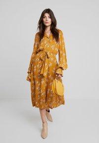 Louche - KALINDA - Shirt dress - mustard - 2