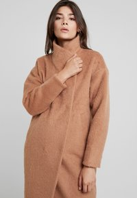 Louche - DONALDA - Classic coat - camel - 3