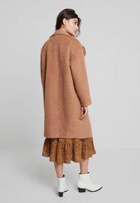 Louche - DONALDA - Classic coat - camel - 2