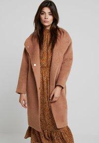 Louche - DONALDA - Classic coat - camel - 0