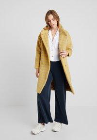 Louche - DONALDA HOUNDS - Płaszcz wełniany /Płaszcz klasyczny - yellow - 0