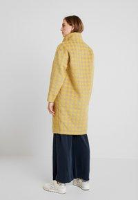Louche - DONALDA HOUNDS - Płaszcz wełniany /Płaszcz klasyczny - yellow - 2