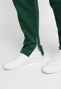 Lacoste LIVE - HH0604-00 - Tracksuit bottoms - green - 3