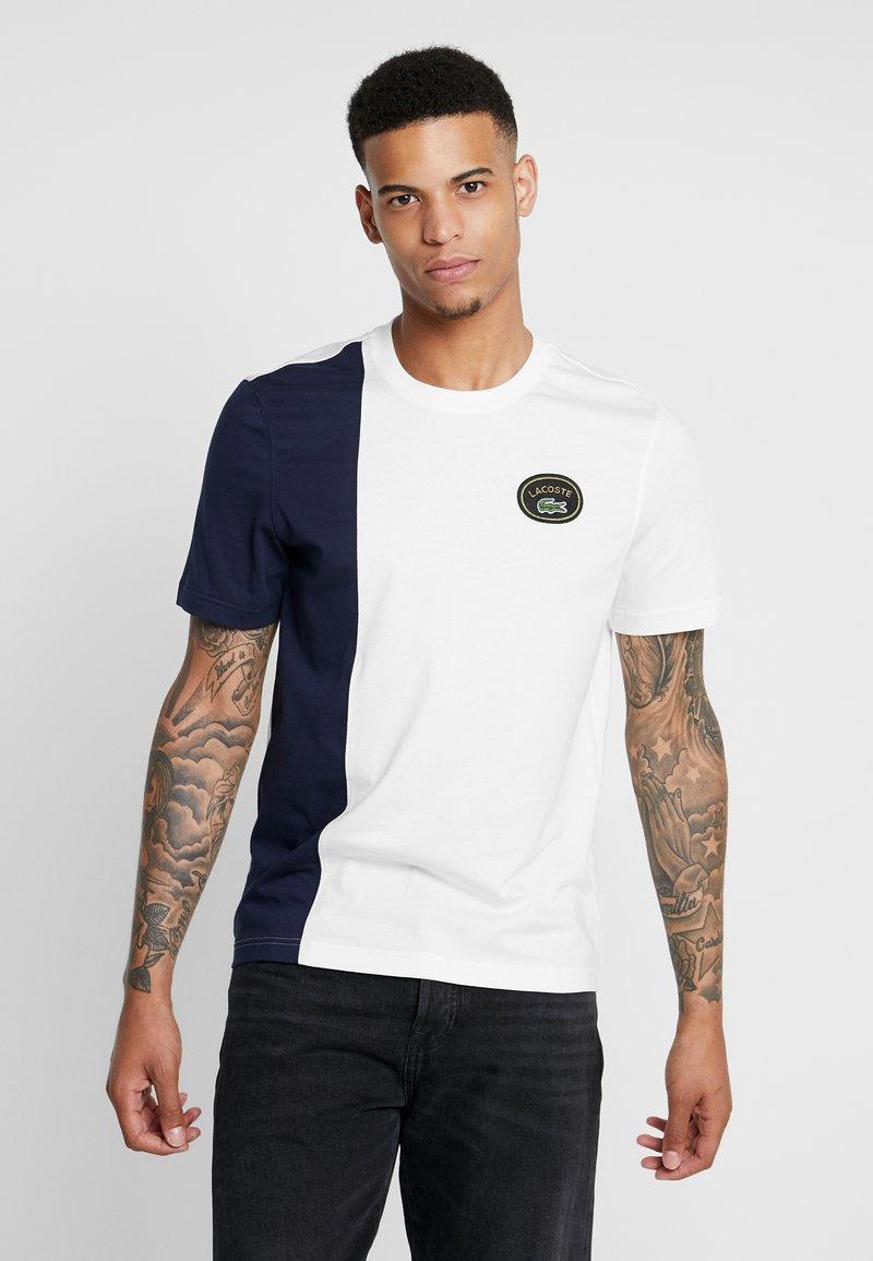 Lacoste LIVE - T-shirt med print - farine/marine